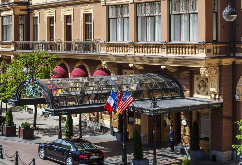 Удивите гостей вечера кондитерскими изысками от Гранд отеля Европа